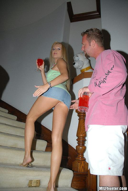 Горячая блондинка трахает парня у себя дома на бордовых простынях 5 фото