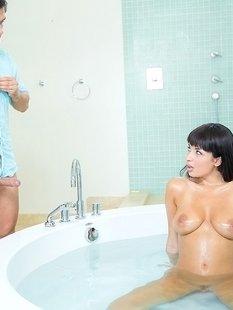 Мужик со стояком пришел в ванную к грудастой Anissa Kate за минетом