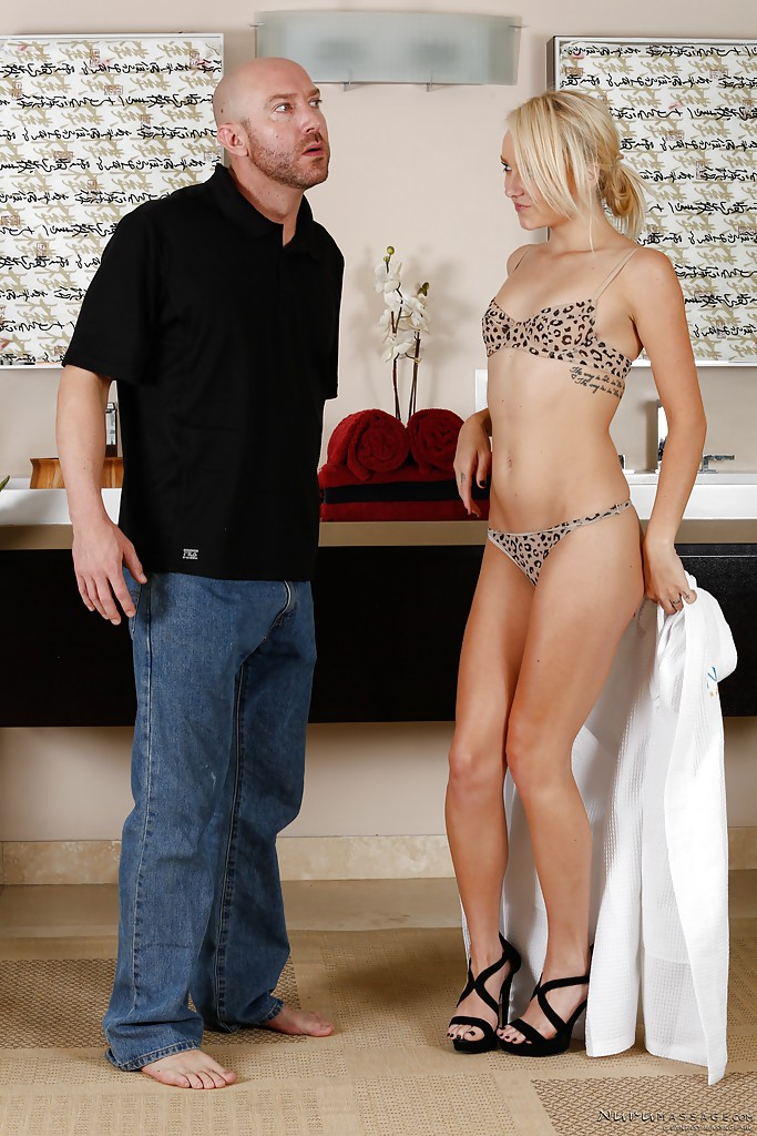 Сексуальная худышка принимает душ с лысым мужиком 1 фото