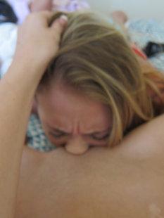 Молодые лесбиянки разделись и блондинка сделала телке кунилингус