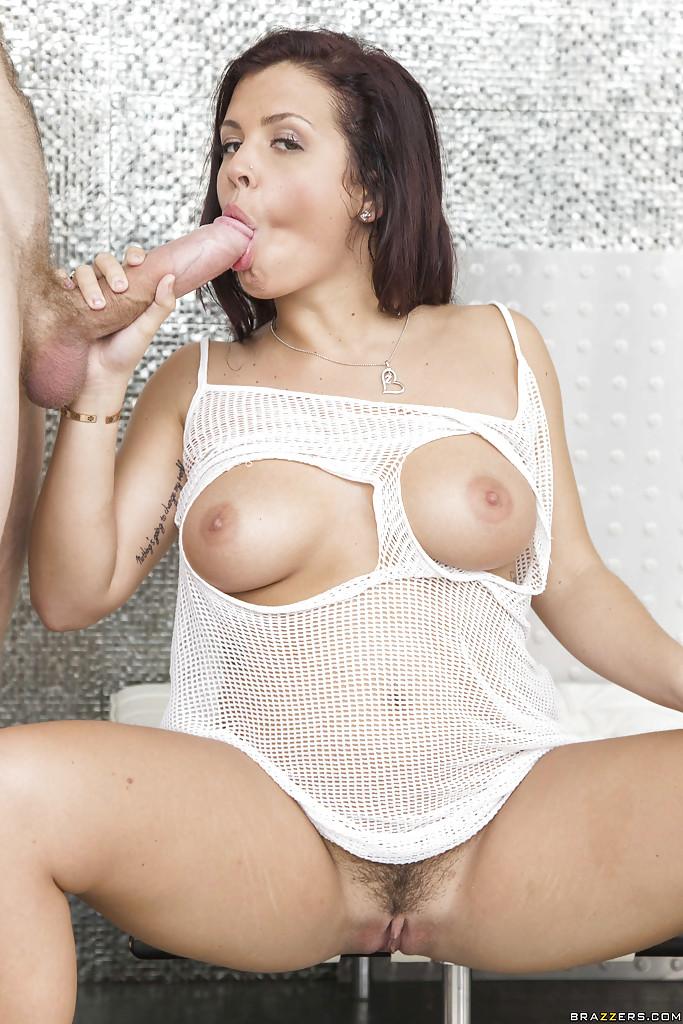 Keisha Grey в рваной майке сосет огромный член 2 фото