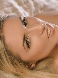Длинноволосая блондинка хвастает накаченной попой и киской