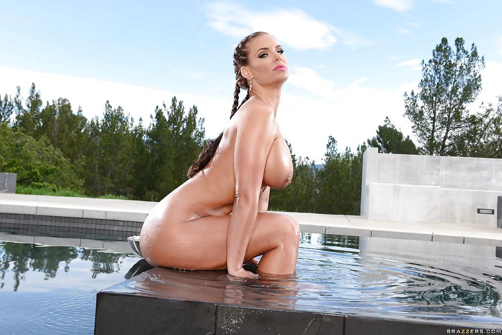 Американка с силиконовыми дойками и большой жопой купается в бассейне 5 фото