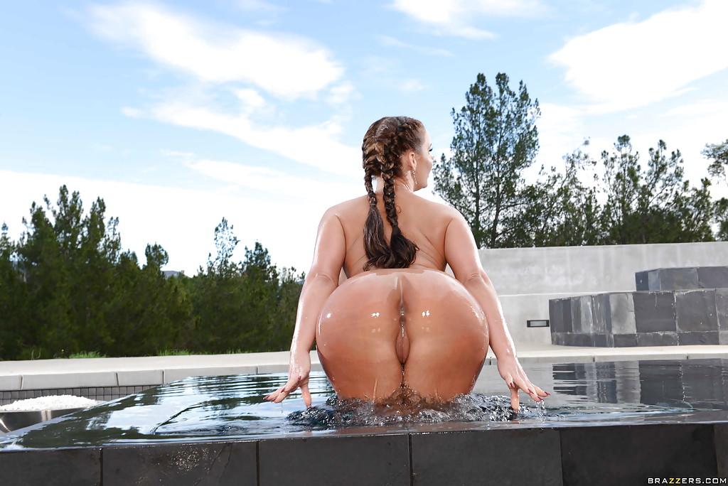 Американка с силиконовыми дойками и большой жопой купается в бассейне 14 фото