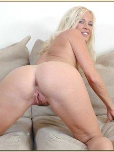 40летняя Totally Tabith показала большую попу на сером диване