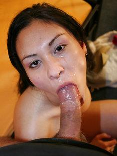 Мужик трахнул азиатку в носках на кровати и кончил ей на лицо