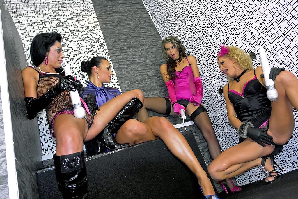 Горячие лесбиянки развлекают себя вибраторами 9 фото
