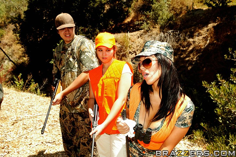 Сисястая латинка с большой попой трахается с партнёром по стрельбе в лесу 3 фото