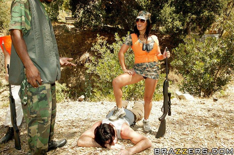 Сисястая латинка с большой попой трахается с партнёром по стрельбе в лесу 12 фото