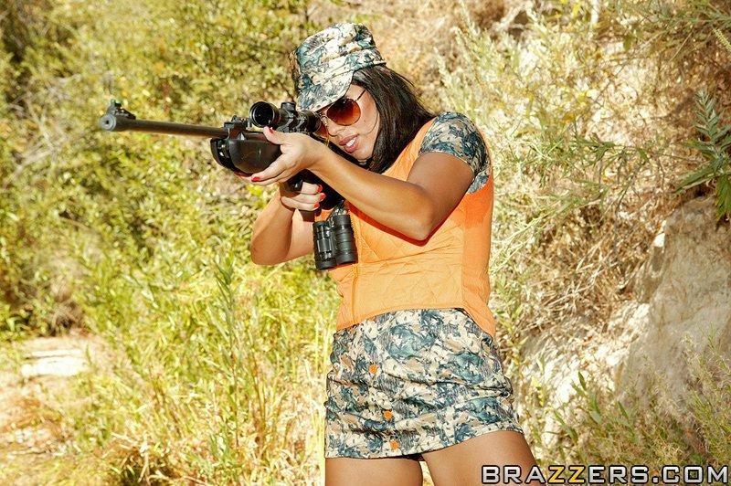 Сисястая латинка с большой попой трахается с партнёром по стрельбе в лесу 14 фото
