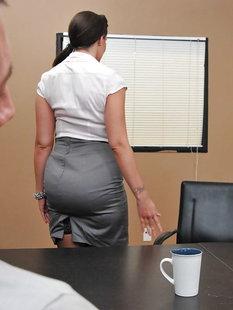 Начальник не выдержал и трахнул секретаршу Kelly Divine в офисе