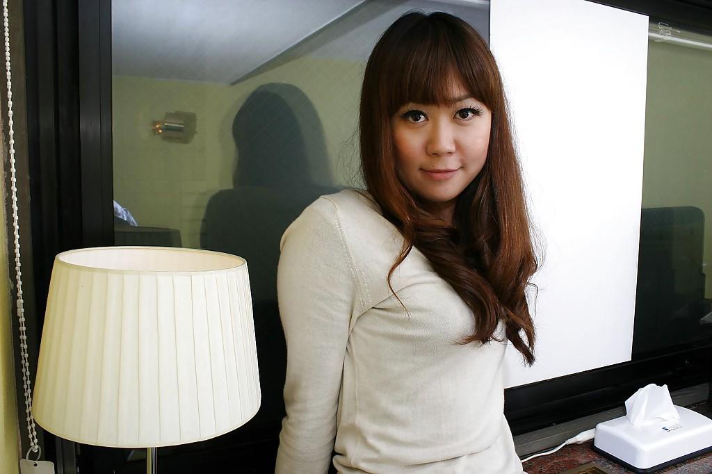 Японка Hiroko Nagatomo показывает волосатую киску в нижнем белье 1 фото