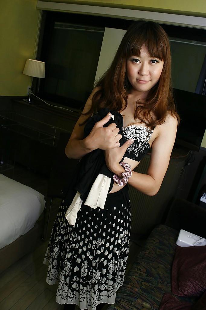 Японка Hiroko Nagatomo показывает волосатую киску в нижнем белье 4 фото