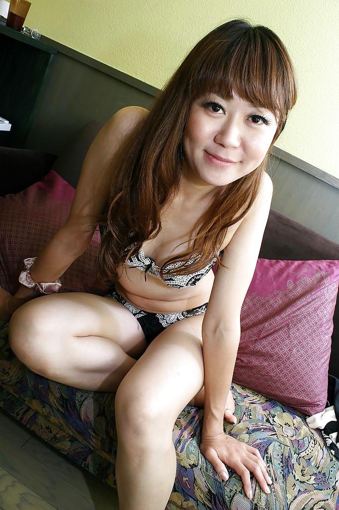 Японка Hiroko Nagatomo показывает волосатую киску в нижнем белье 7 фото