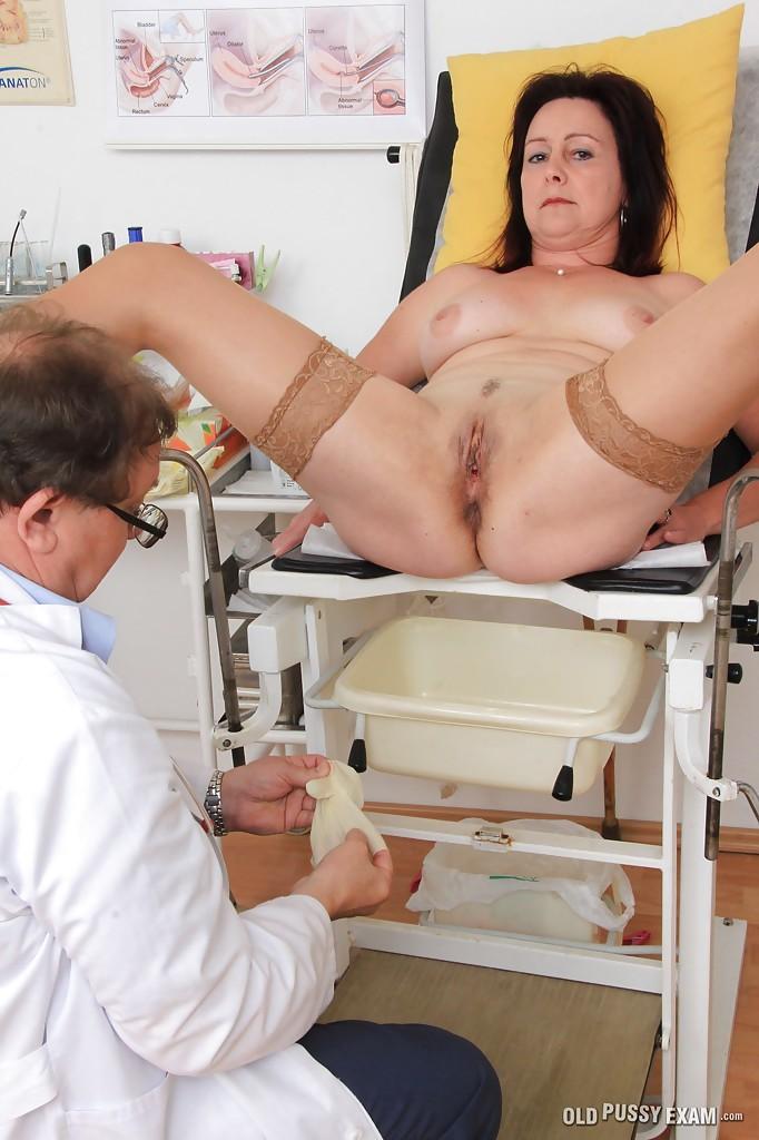 Зрелая женщина на приёме у гинеколога 5 фото