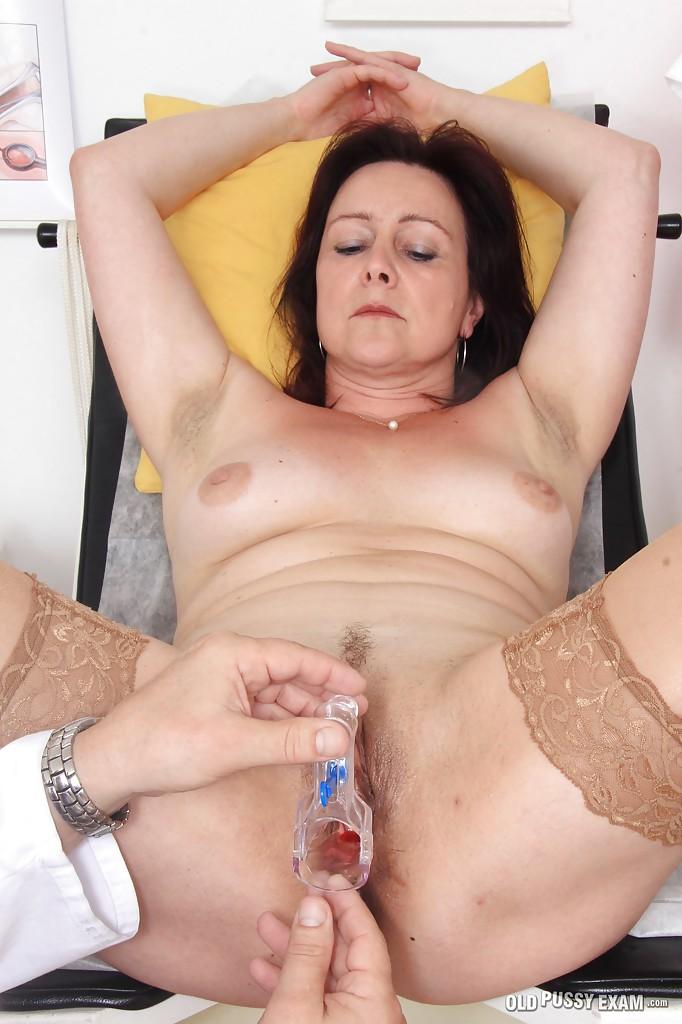 Зрелая женщина на приёме у гинеколога 8 фото