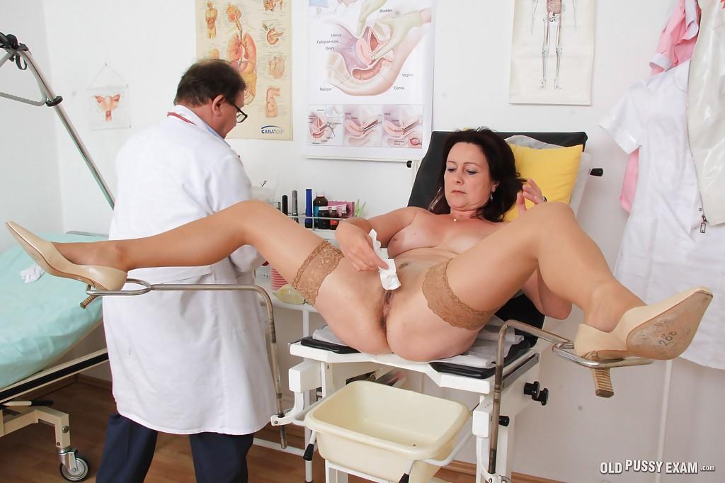 Зрелая женщина на приёме у гинеколога 14 фото