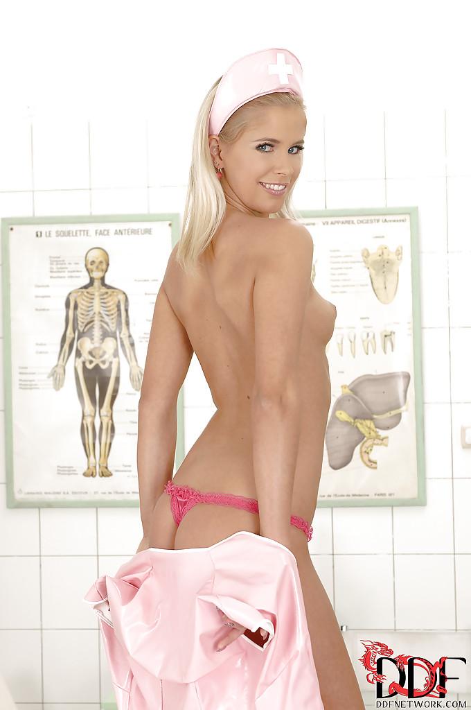 Медсестра суёт пальцы в киску на кушетке в больничном кабинете 4 фото
