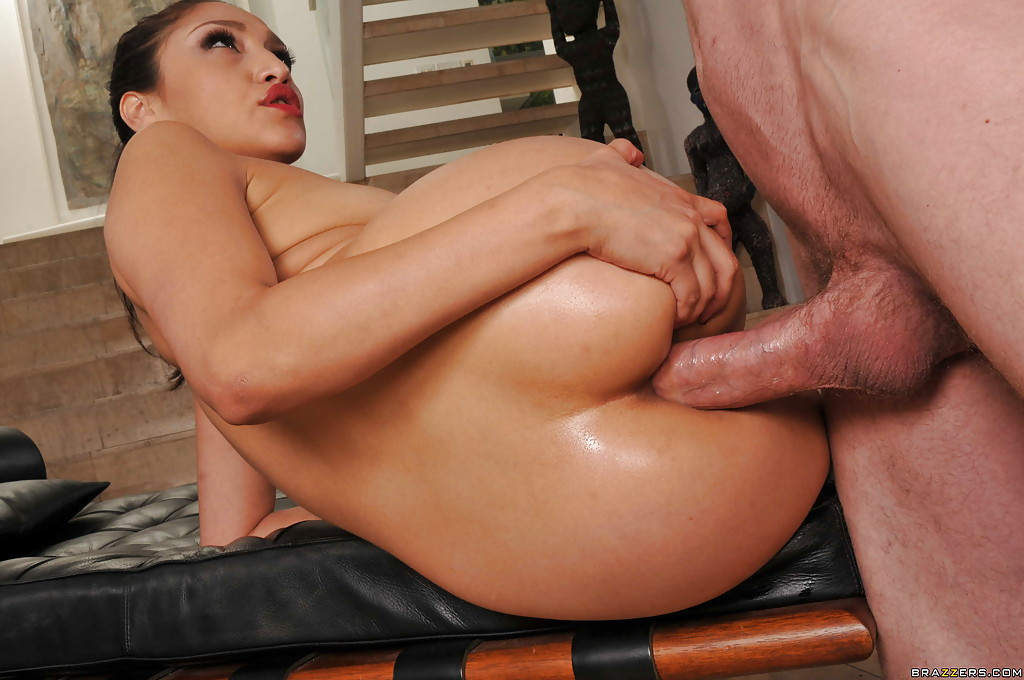 Азиатка трахается в попу с парнем на лестнице 3 фото