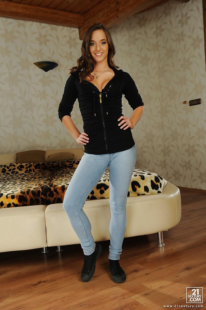 Amirah Adara сняла джинсы и белье у леопардового покрывала 1 фото