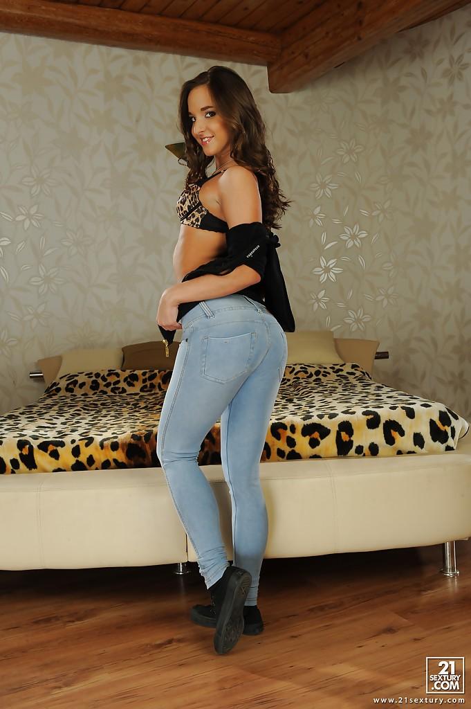 Amirah Adara сняла джинсы и белье у леопардового покрывала 3 фото
