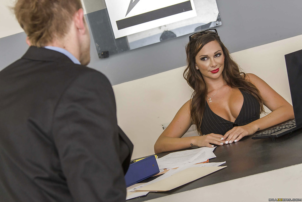 Секретарша балдеет от фут-фетиша и чпокается с шефом 1 фото