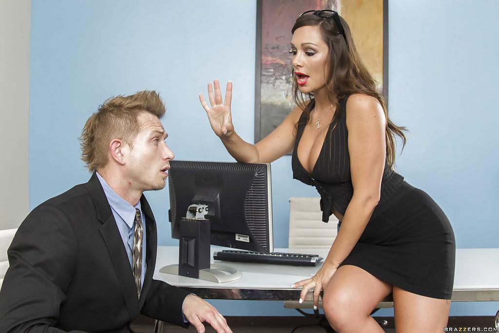 Секретарша балдеет от фут-фетиша и чпокается с шефом 2 фото