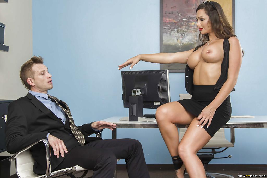 Секретарша балдеет от фут-фетиша и чпокается с шефом 3 фото