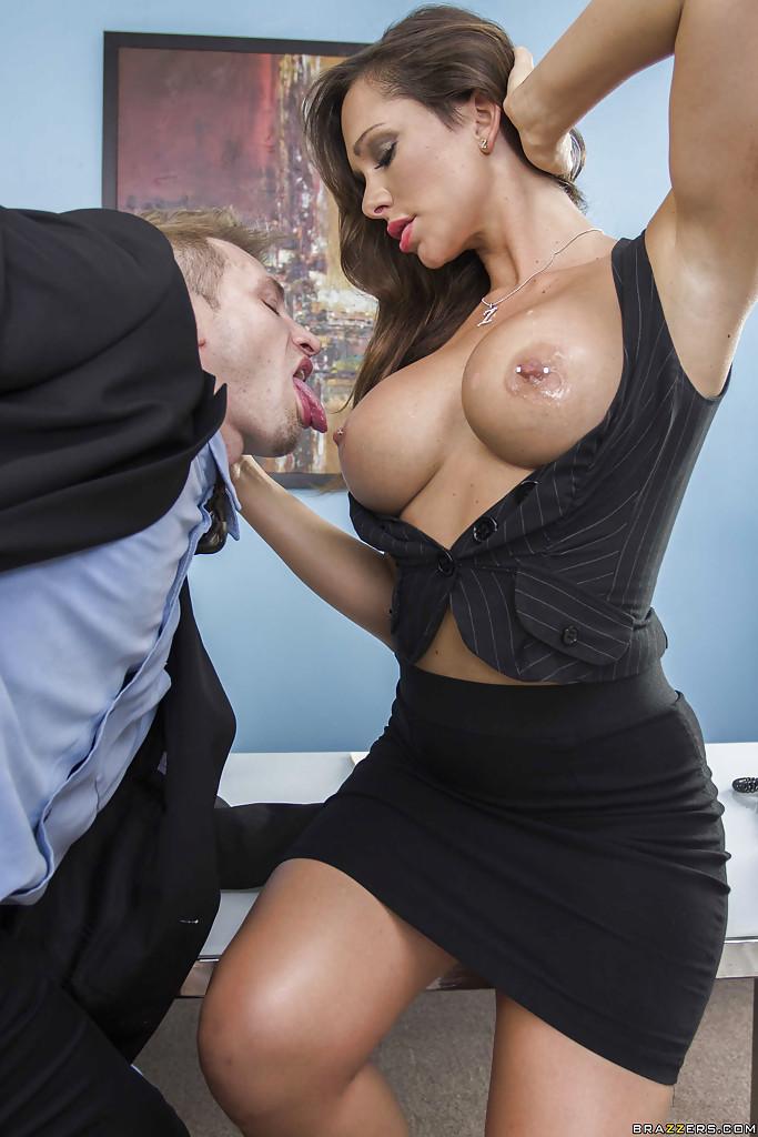 Секретарша балдеет от фут-фетиша и чпокается с шефом 4 фото
