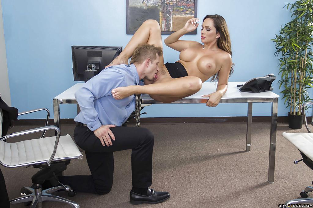 Секретарша балдеет от фут-фетиша и чпокается с шефом 8 фото