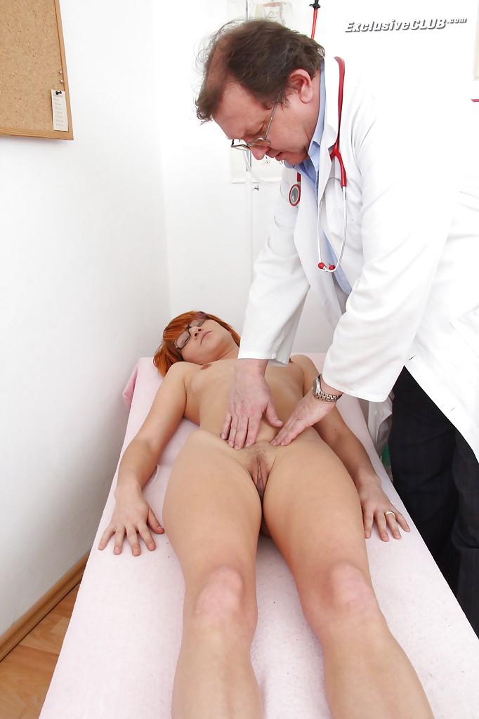 Гинеколог дрочит анус рыжей бестии 2 фото