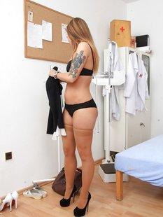 Пациентка дрочит вагину секс игрушками у гинеколога