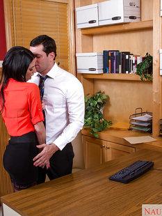 Начальник отодрал взрослую секретаршу Dava Foxx на столе и кончил на лицо