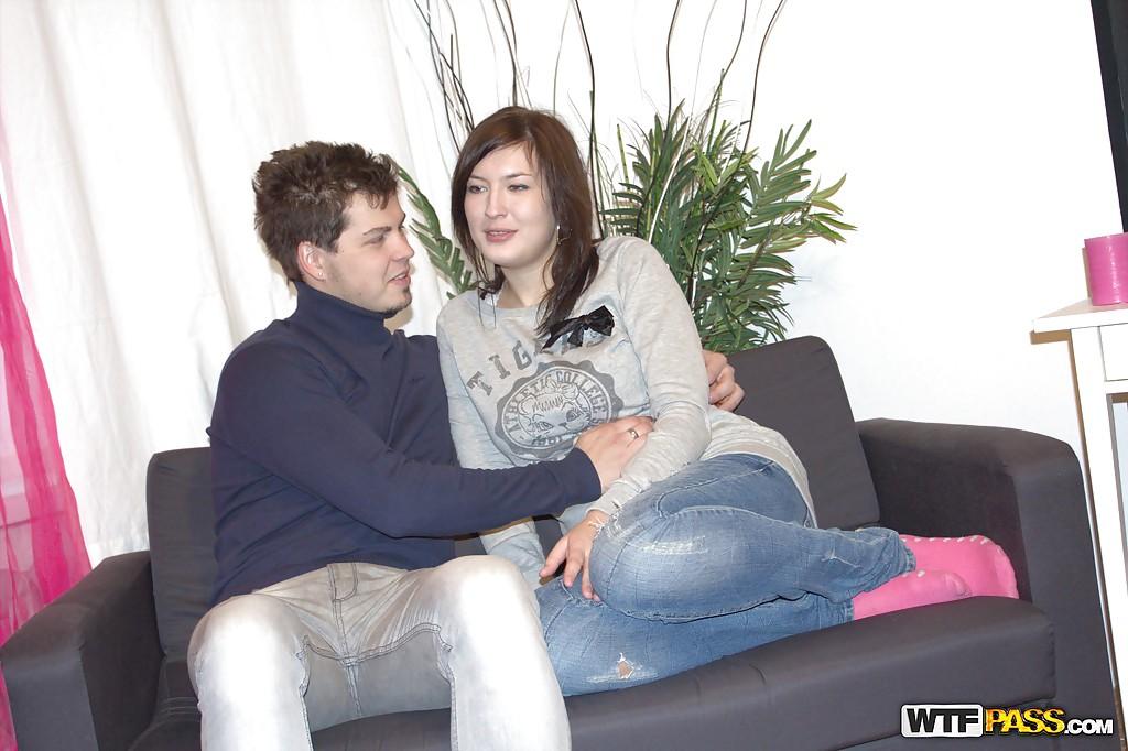 Славянка делает минет и отдается своему парню на диване 2 фото