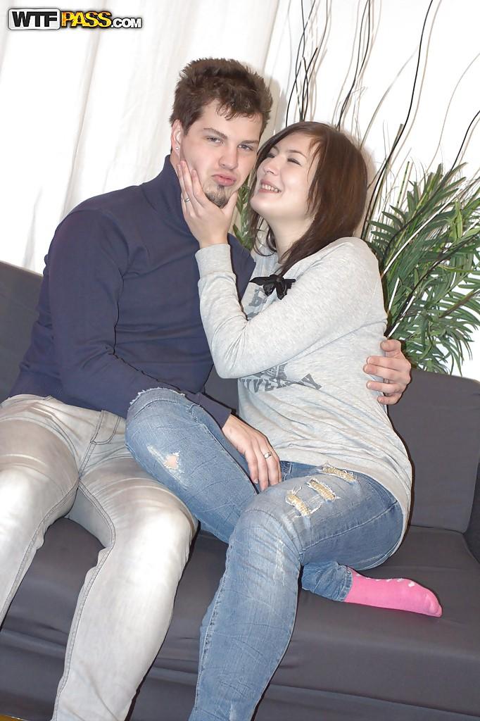 Славянка делает минет и отдается своему парню на диване 3 фото