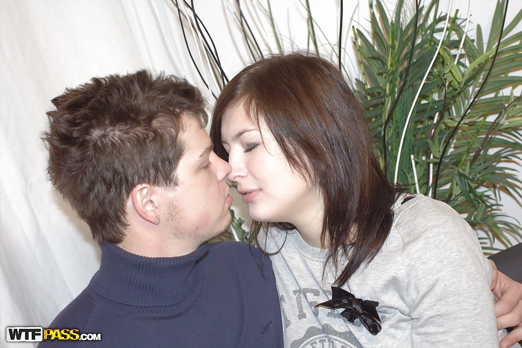 Славянка делает минет и отдается своему парню на диване 4 фото