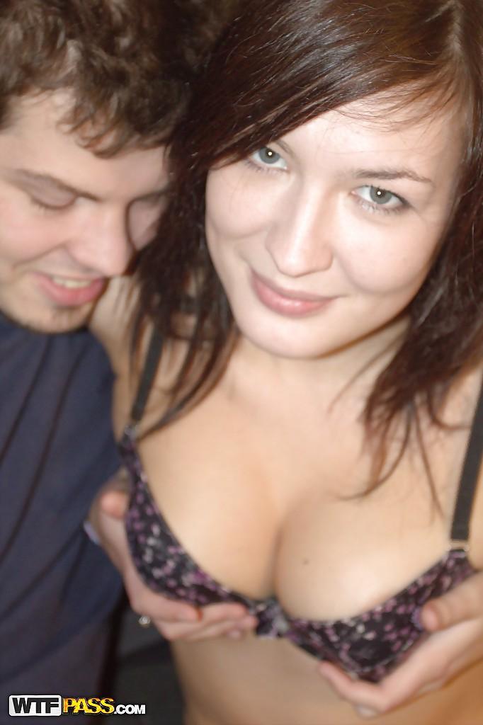 Славянка делает минет и отдается своему парню на диване 7 фото