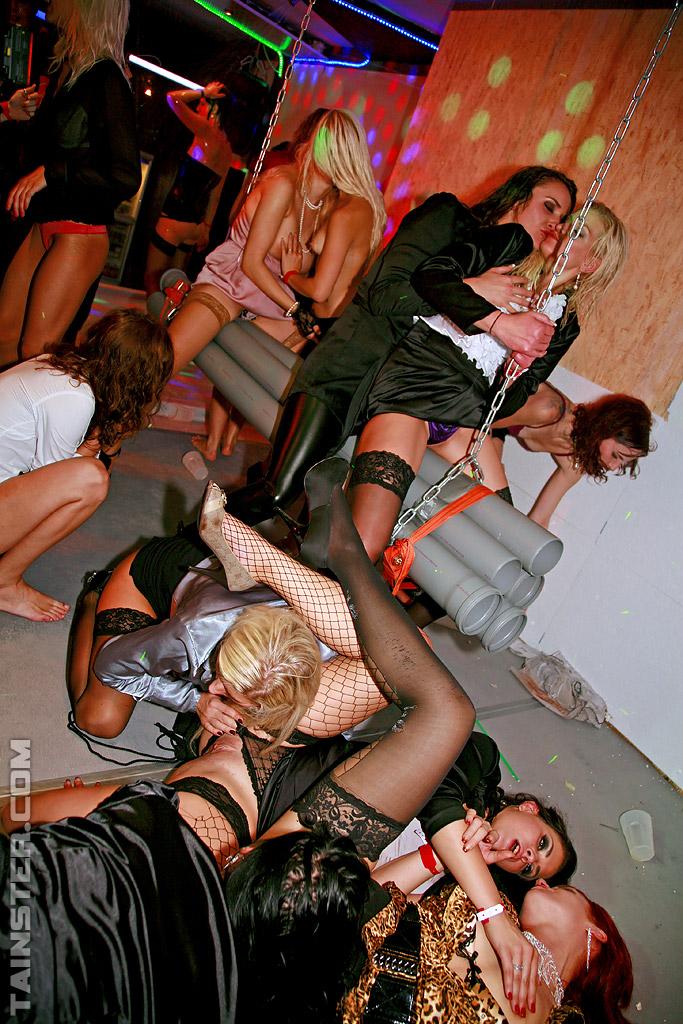 Телки отдаются по пьяни на европейской вечеринке 6 фото