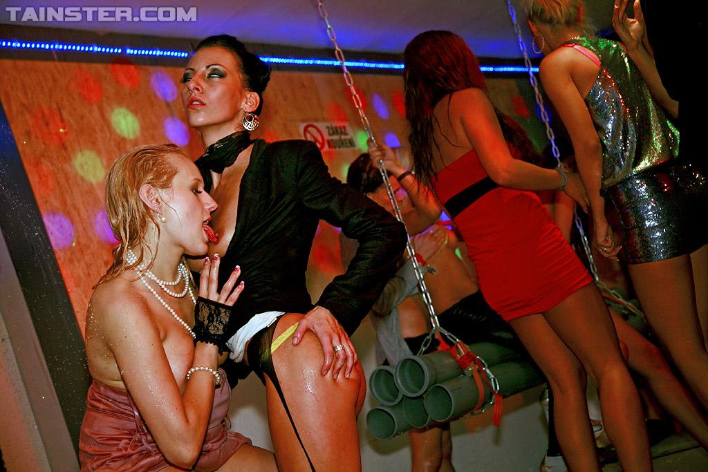 Телки отдаются по пьяни на европейской вечеринке 16 фото