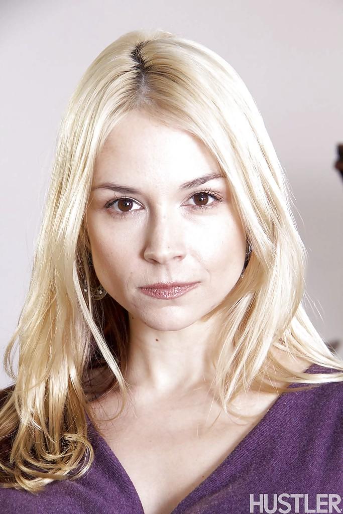 Красивая блондинка в фиолетовом платье встала раком на кожаном диване 1 фото