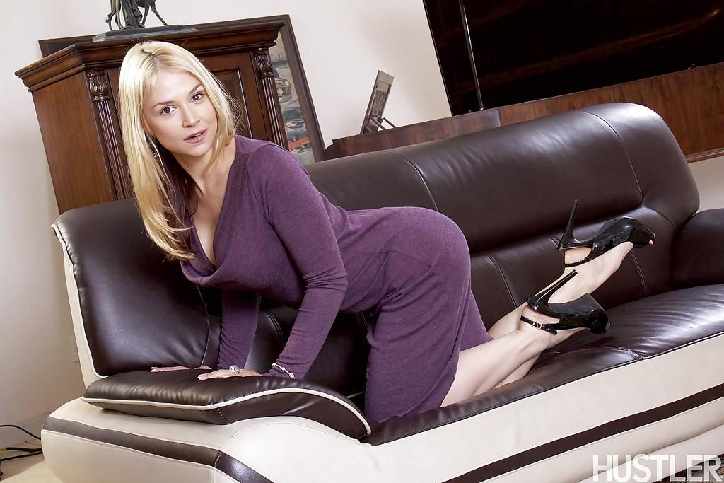 Красивая блондинка в фиолетовом платье встала раком на кожаном диване 4 фото