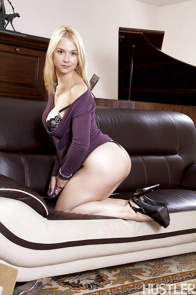 Красивая блондинка в фиолетовом платье встала раком на кожаном диване 6 фото