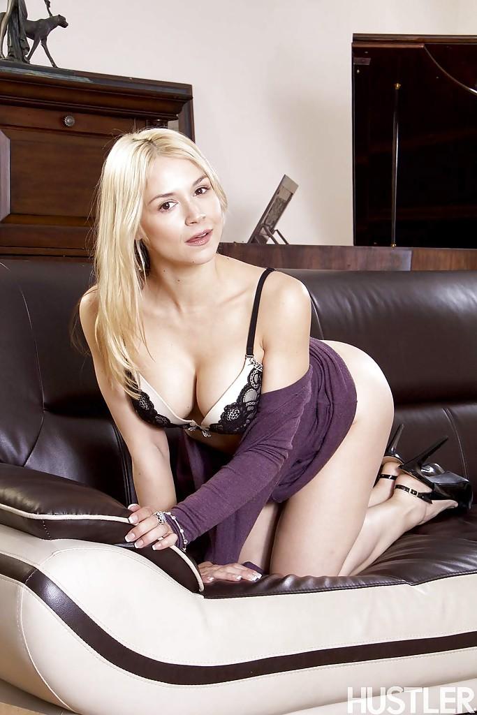 Красивая блондинка в фиолетовом платье встала раком на кожаном диване 7 фото