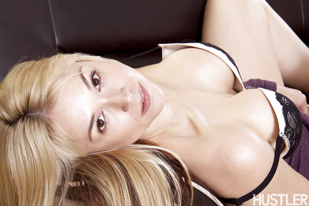 Красивая блондинка в фиолетовом платье встала раком на кожаном диване 9 фото