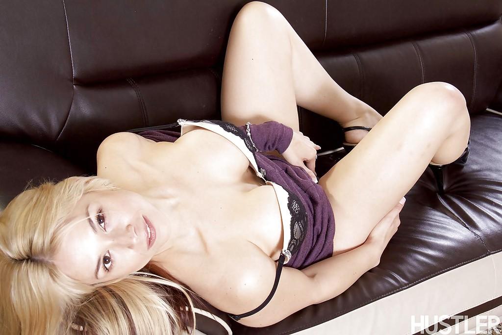 Красивая блондинка в фиолетовом платье встала раком на кожаном диване 10 фото