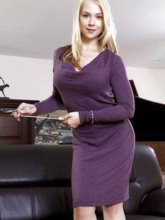 Красивая блондинка в фиолетовом платье встала раком на кожаном диване