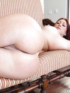 Крашеная мамка с большими сиськами раздвигает свои булки на диванчике