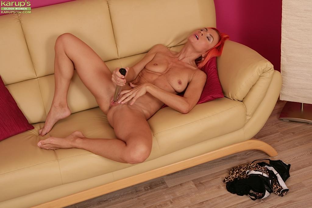Рыжая бабулька трахает себя секс игрушкой 3 фото