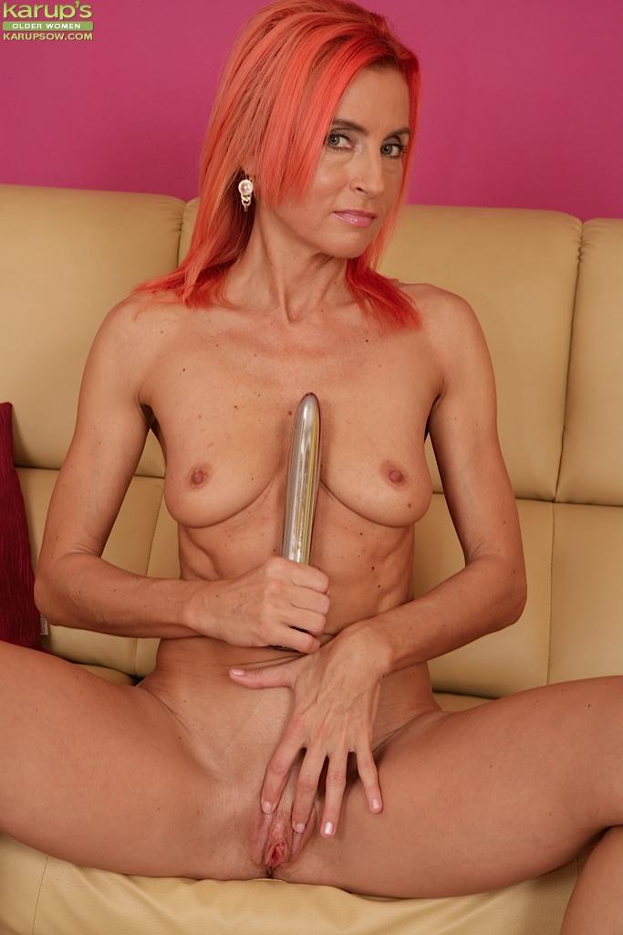Рыжая бабулька трахает себя секс игрушкой 14 фото