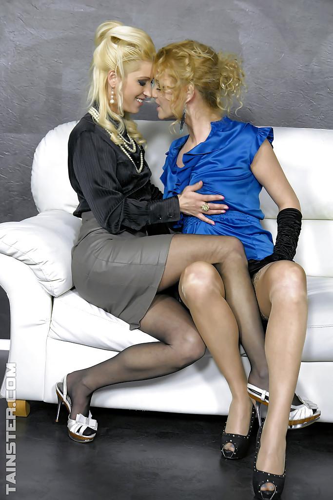 Лесбиянки в чулках трахаются с дилдо в стене и практикуют фут-фетиш 1 фото